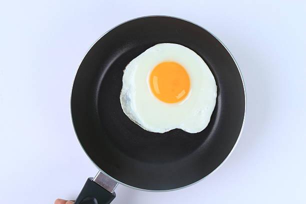 fried egg - frying pan bildbanksfoton och bilder