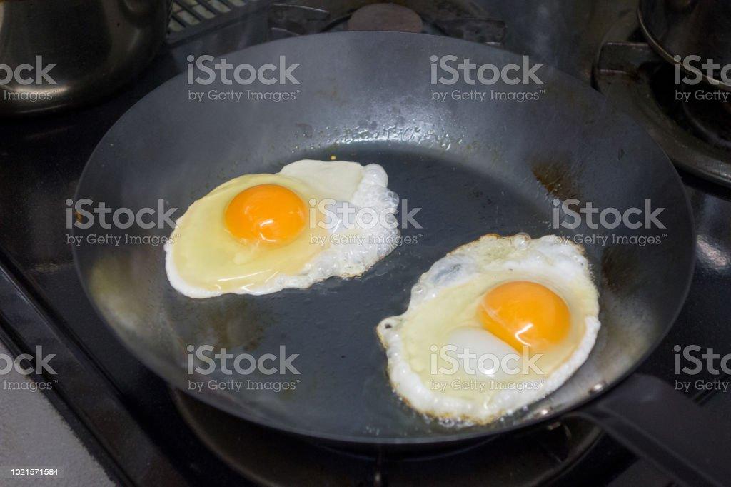 揚げ卵、frying パン (パン ストックフォト