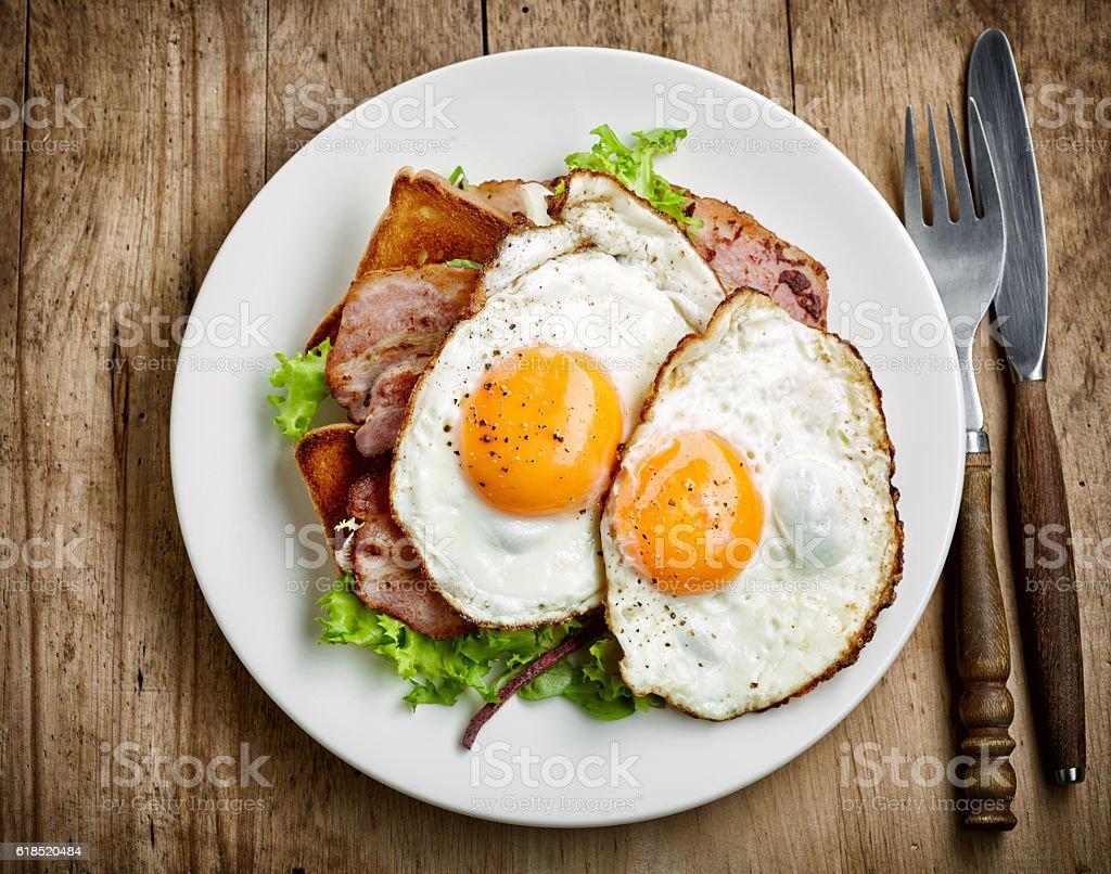 Huevos fritos en placa blanca - foto de stock