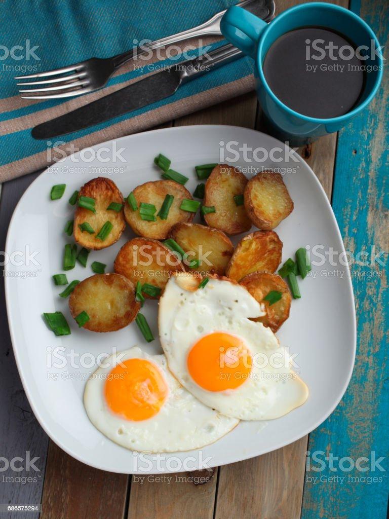 Œufs frits accompagnés de pommes de terre photo libre de droits
