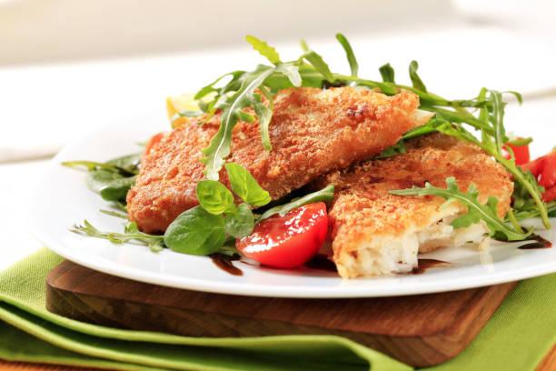 fried fish and fresh salad - pangrattato preparazione degli alimenti foto e immagini stock