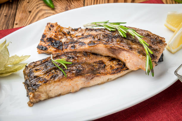 gebratener fisch auf dem grill karpfen - marinade für grillfleisch stock-fotos und bilder