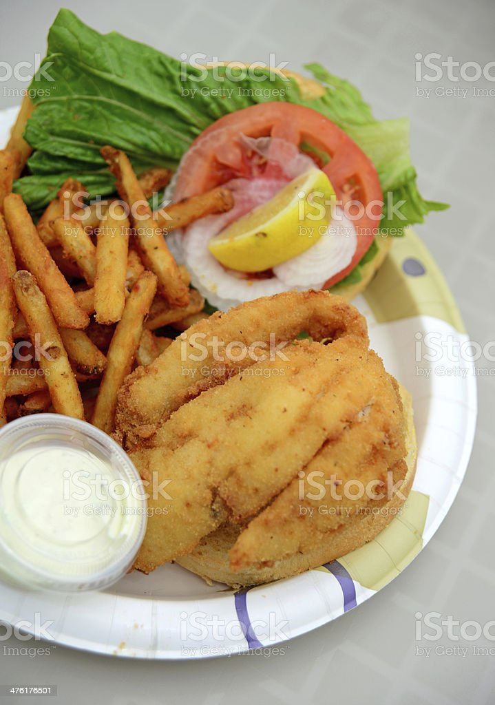Sandwich Al Pesce Fritto E Patatine Fritte Fotografie Stock E