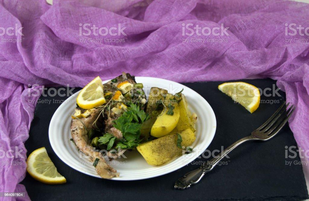 ジャガイモ、レモン、野菜と皿の上の魚のフライ ステーキ。健康的な食事の提供の昼食 - ウクライナのロイヤリティフリーストックフォト