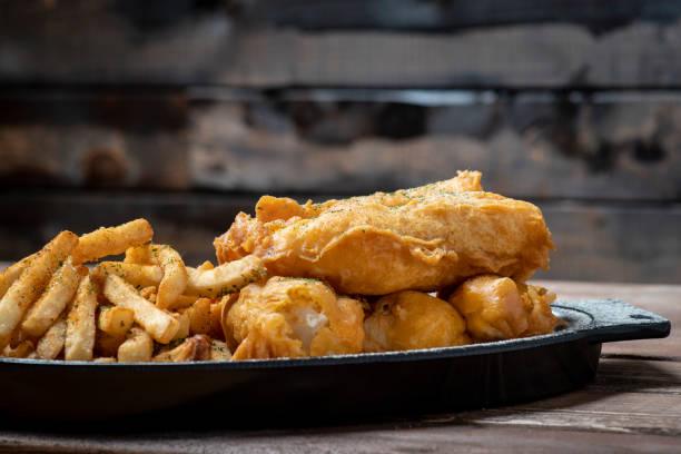Patates kızartması ile kızarmış balık stok fotoğrafı