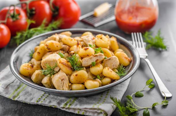 Curry de pollo ñoquis fritos - foto de stock