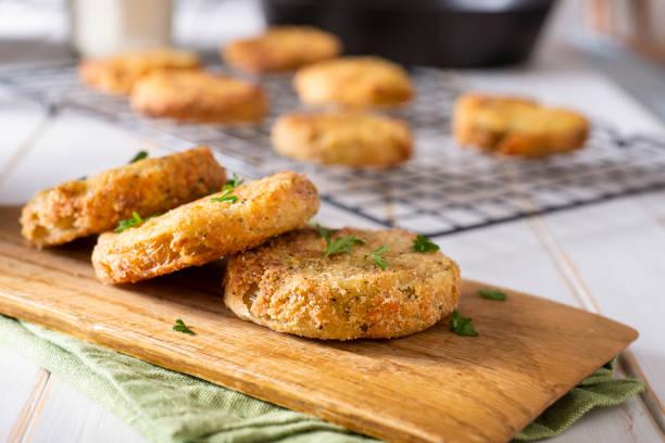 fried green tomatoes - жареный стоковые фото и изображения