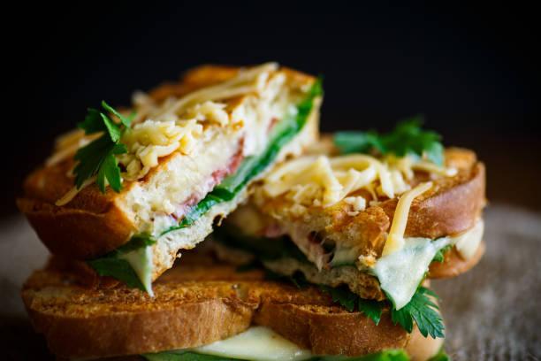 炒熱三明治加香腸和沙拉葉圖像檔