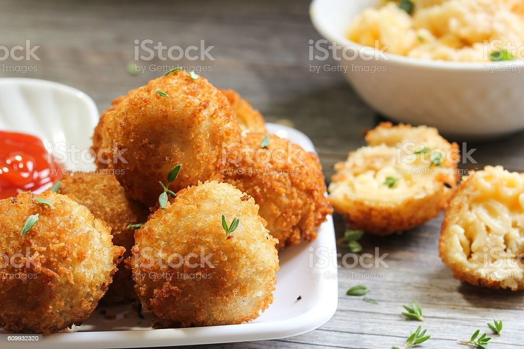 Fried Mac and cheese balls, selective focus - foto de acervo