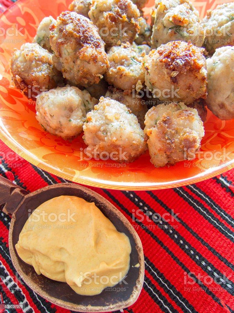 Frito albóndigas en un plato con una cuchara de madera con mostaza foto de stock libre de derechos