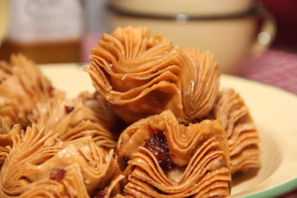 frittierte gebäck mit quitte und batate typisch für südamerika gastronomie - quittenkuchen stock-fotos und bilder
