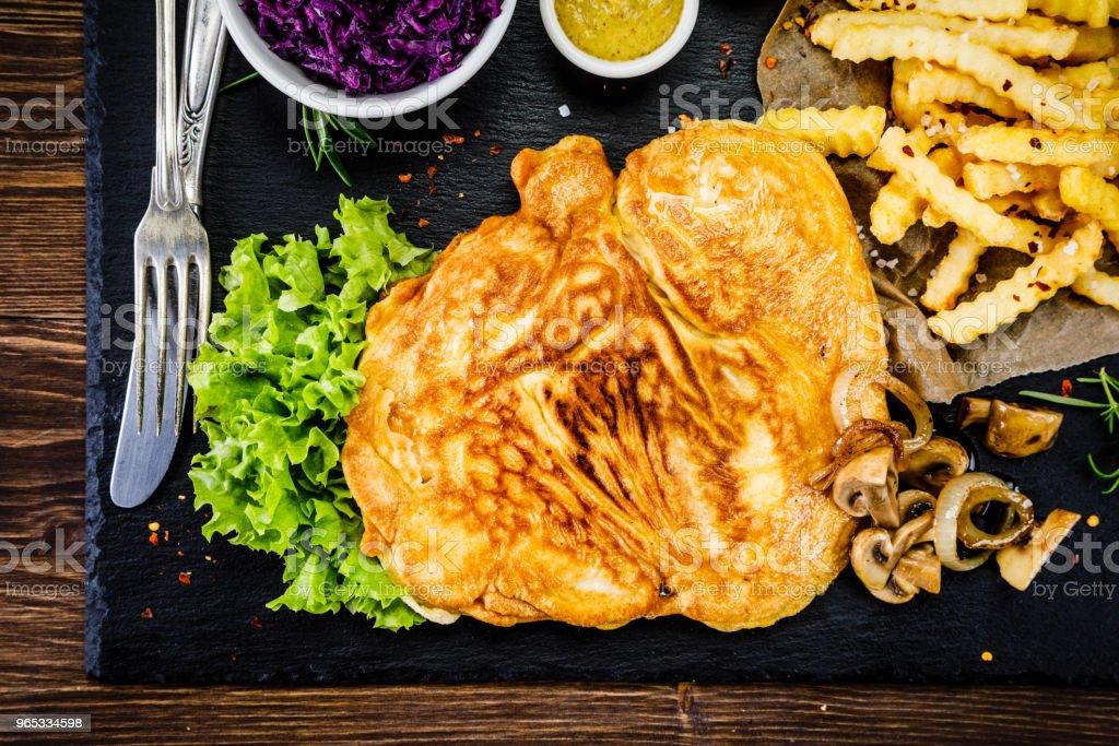 炸豬排、薯條和蔬菜 - 免版稅俯視圖庫照片
