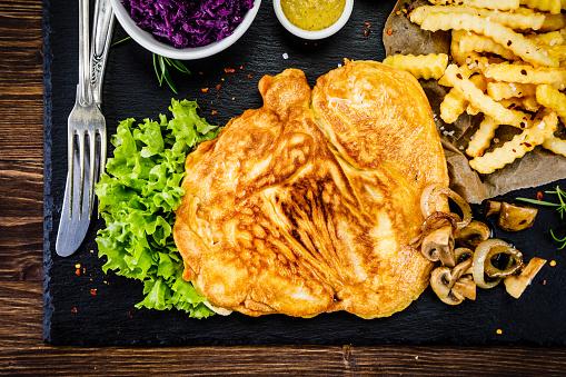 튀긴 돼지고기 감자 튀김 야채 0명에 대한 스톡 사진 및 기타 이미지