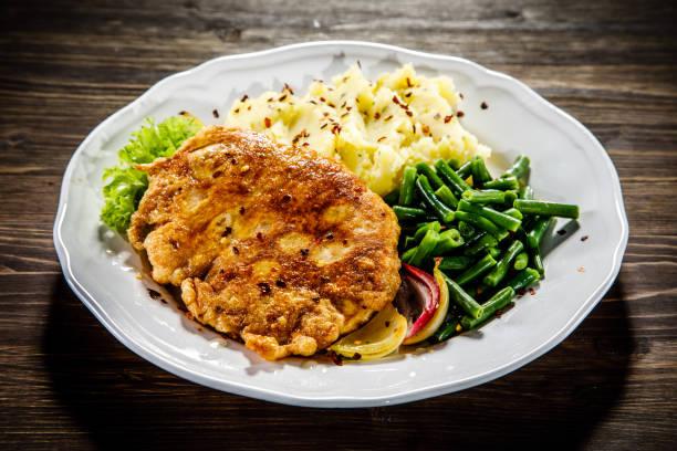gebakken pork chop, aardappelpuree en groenten - polen stockfoto's en -beelden