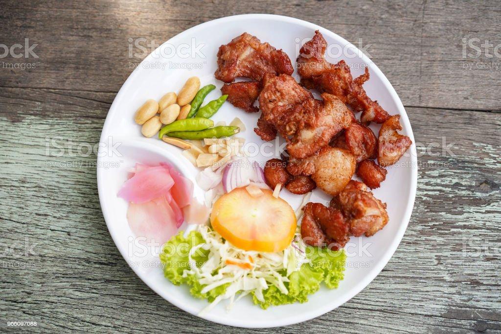 Gebakken varkensvlees met knoflook en chili krakend - Royalty-free Blad Stockfoto