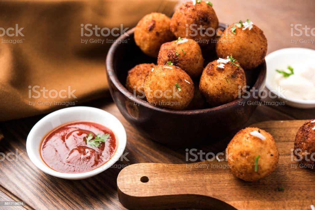 Gebakken aardappel kaas ballen of kroketten met tomatenketchup. Selectieve aandacht foto
