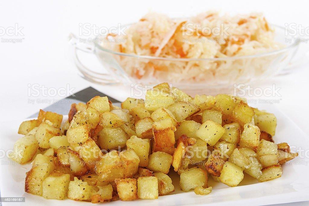 Gebratene Kartoffel Würfel mit sour cabbage – Foto