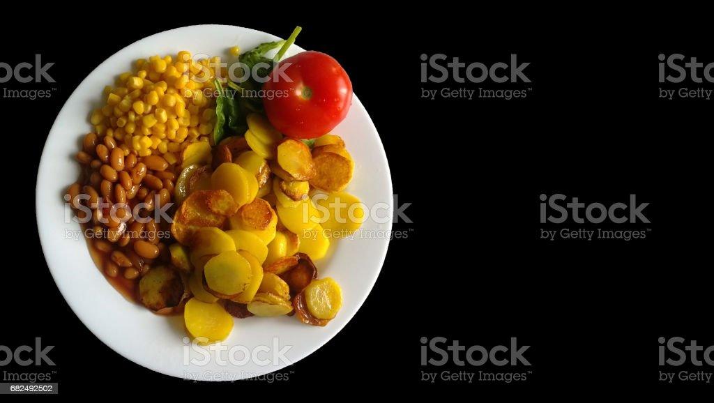 Patatas fritas, tomate, frijol y maíz en un plato blanco con bordes irregulares. foto de stock libre de derechos