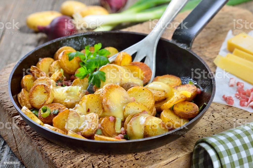 Fried potatoes with cheese – Foto