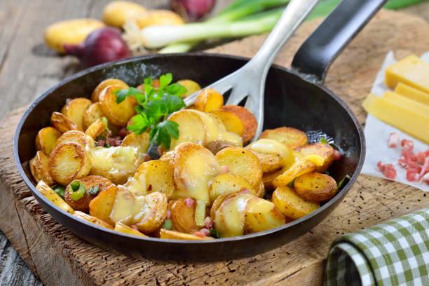 Bratkartoffeln mit Käse – Foto