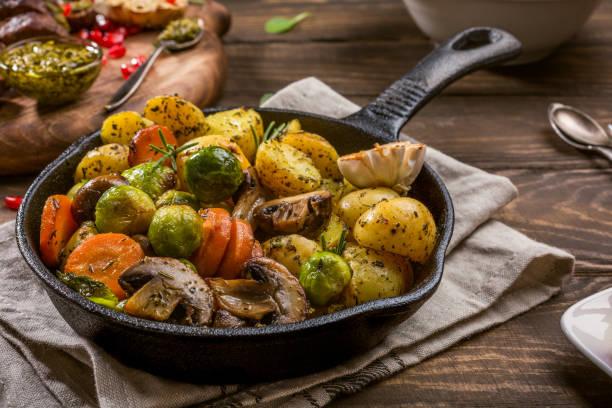 bratkartoffeln und gemüse - knoblauchkartoffeln stock-fotos und bilder