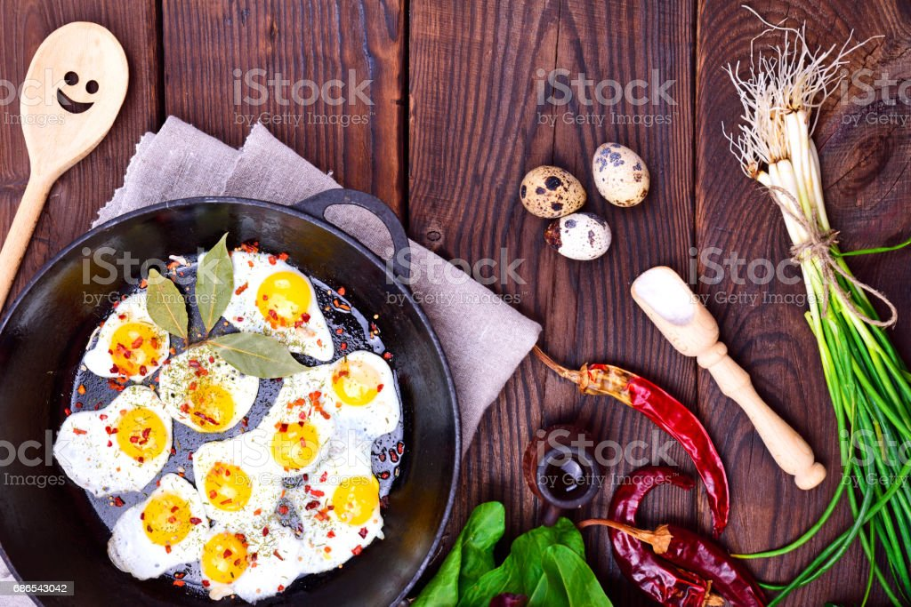Fried quail eggs in a frying pan foto stock royalty-free