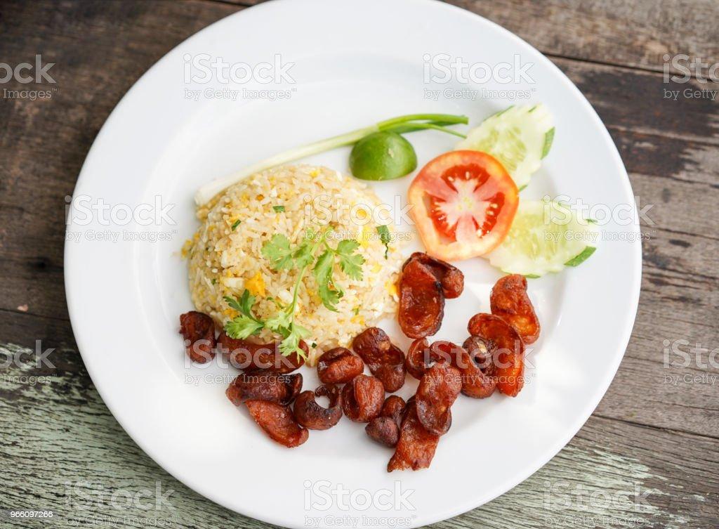 Stekt ris och kinesiska korv, thaimat - Royaltyfri Fläsk Bildbanksbilder