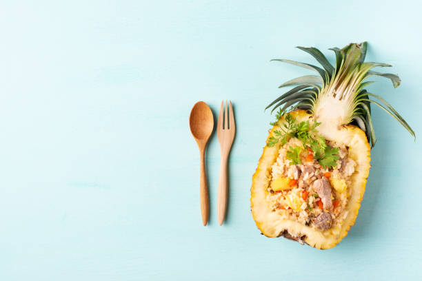 gebratener reis mit schweinefleisch in halbe ananas frucht - hausgemachter gebratener reis stock-fotos und bilder