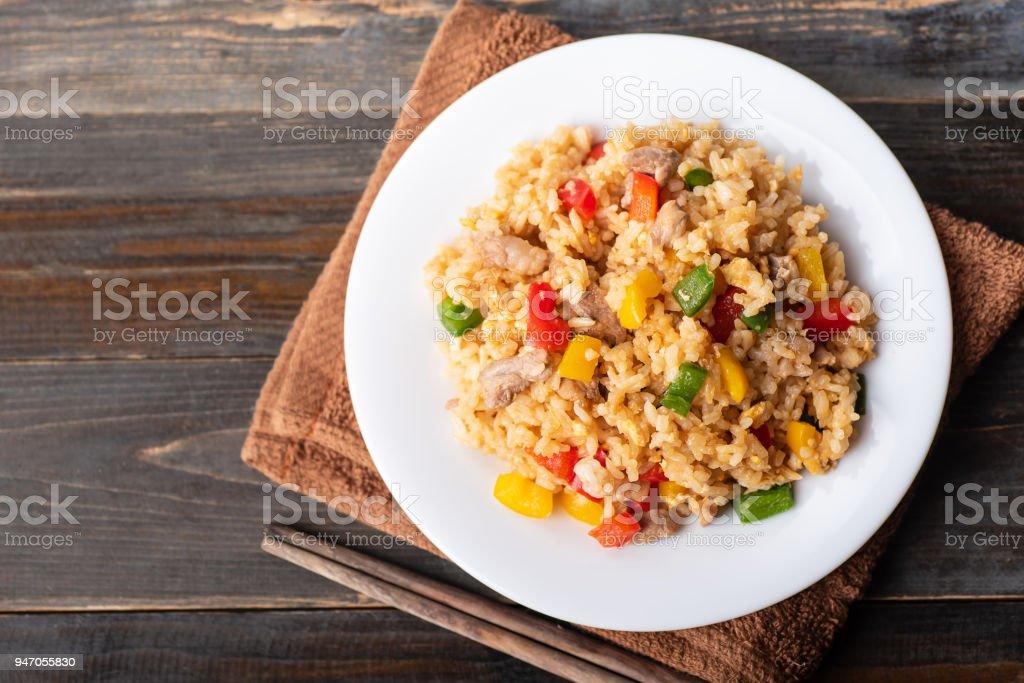 Gebratener Reis mit Gemüse und Schweinefleisch – Foto