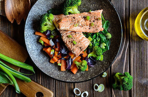 fried salmon with steamed vegetable - gestoomd stockfoto's en -beelden