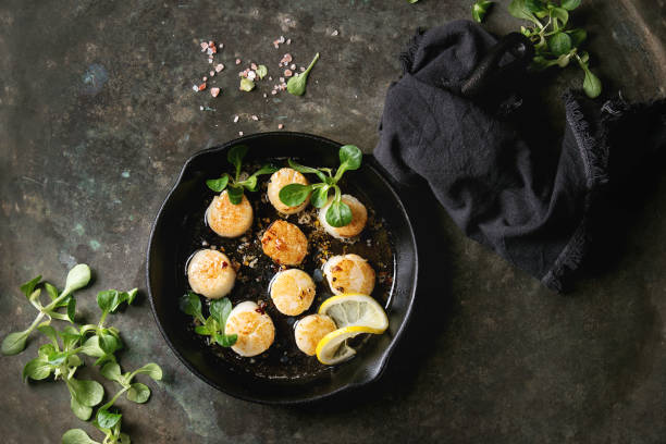 gebratene jakobsmuscheln mit butter-sauce - scharf anbraten stock-fotos und bilder
