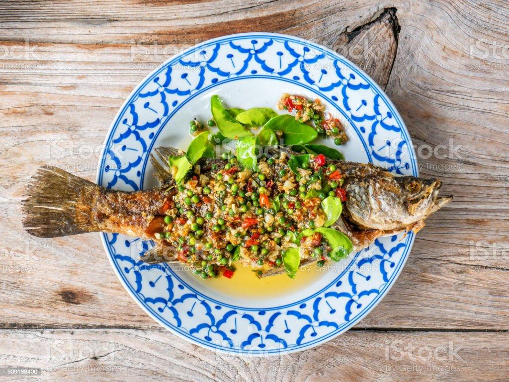 Fried Sea Bass Fisch mit Kräutern – Foto