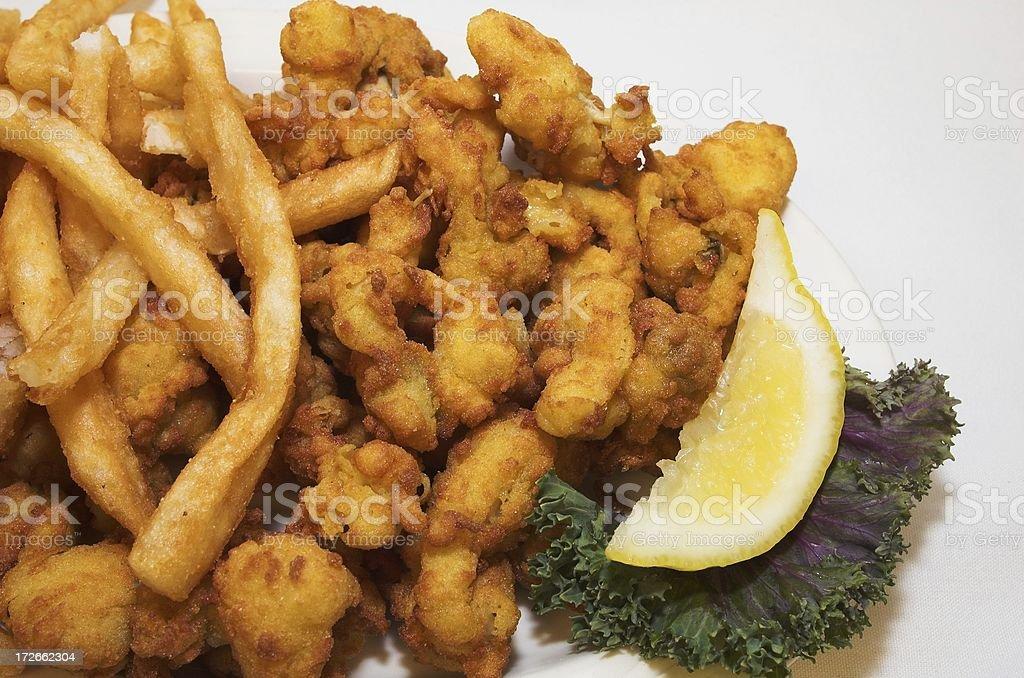 Plato de pescados y mariscos fritos - foto de stock
