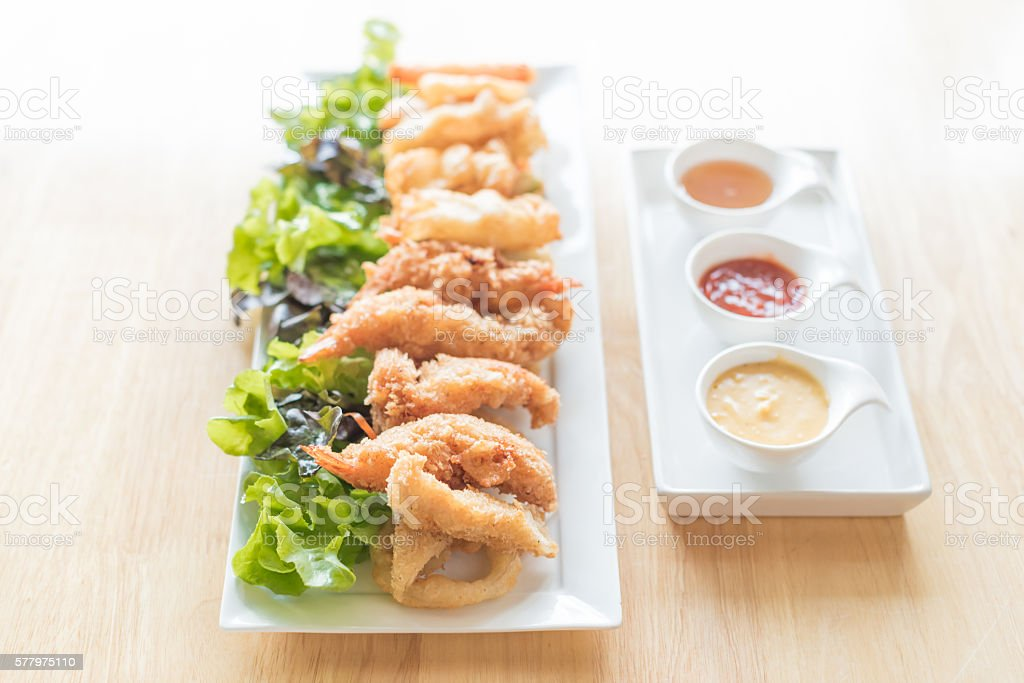Foto De Fried Seafood Platter With Fish Shrimp Oysters Hush Puppies E Mais Fotos De Stock De Almoco Istock