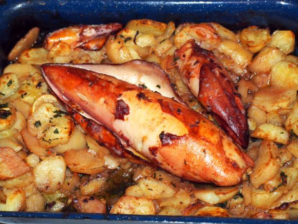 frittierte tintenfisch  - ofengemüse mit feta stock-fotos und bilder