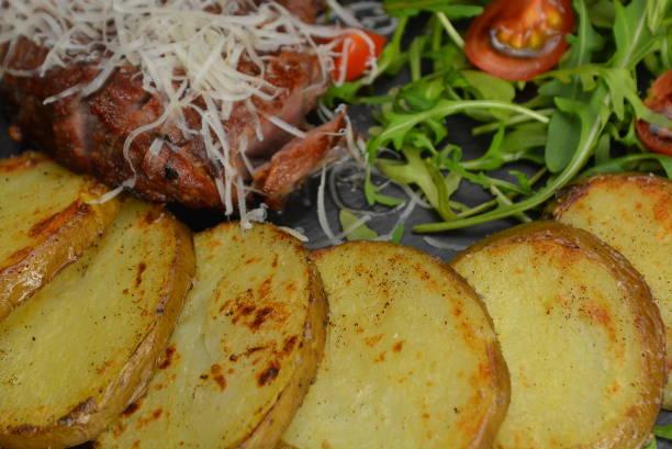 gebratenes steak, gegrillte kartoffeln und salat - paprikaschnitzel stock-fotos und bilder