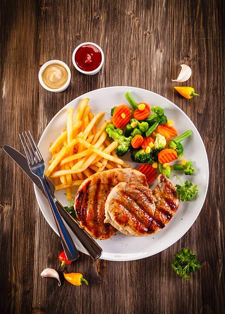 gebratene steaks, pommes frites und gemüse - paprikaschnitzel stock-fotos und bilder