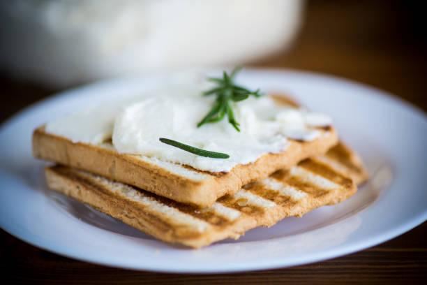 油炸烤麵包和大蒜凝乳餡在桌子上圖像檔