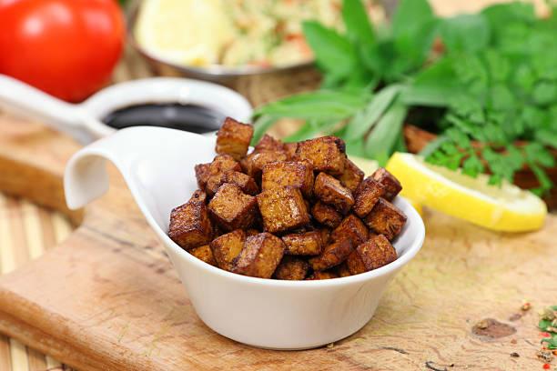 gebratener tofu würfel - mariniertes tofu stock-fotos und bilder