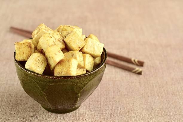 fried tofu in a bowl - mariniertes tofu stock-fotos und bilder