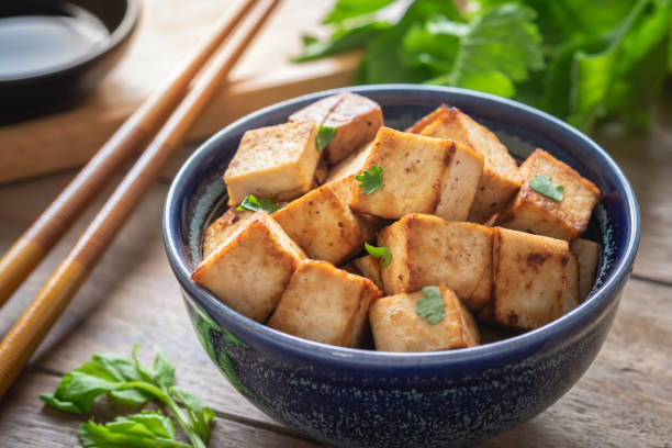 gebakken tofu in kom, vegetarische maaltijden - tofoe stockfoto's en -beelden