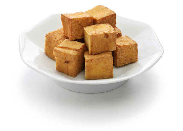tofu frit isolé sur fond blanc - Photo