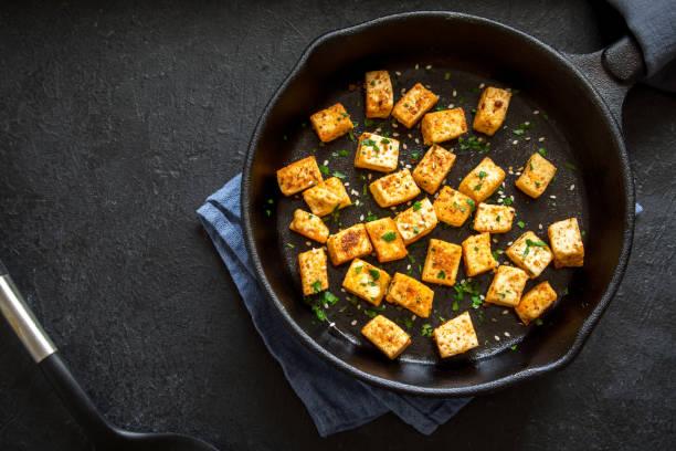 gebakken tofu - vleesvervanger stockfoto's en -beelden