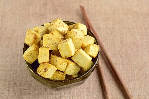 fried tofu with sesame seeds - mariniertes tofu stock-fotos und bilder