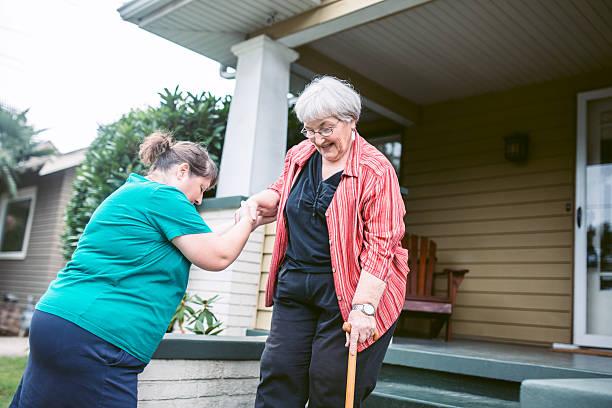 friend provides assistance to senior woman - einen gefallen tun stock-fotos und bilder