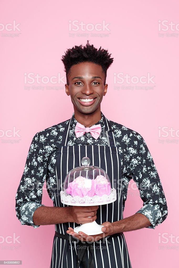 Sympathique afro-américaine petite entreprise propriétaire tenant des biscuits - Photo