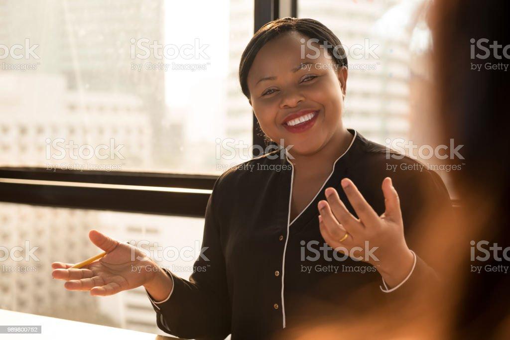 Freundlichen schwarzen geschäftsfrau Führer arbeiten auf der Tagung diskutieren – Foto