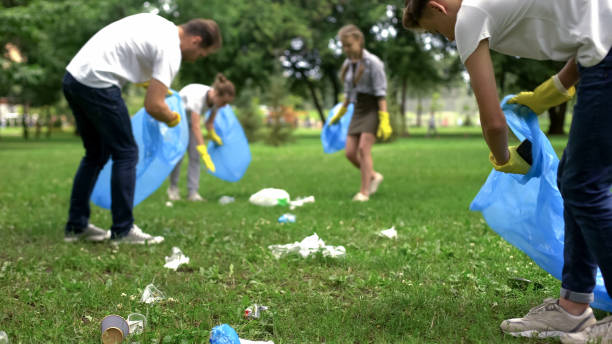 vriendelijke familie georganiseerd schoonmaak dag schoon te parkeren van huishoudelijk afval - plukken stockfoto's en -beelden