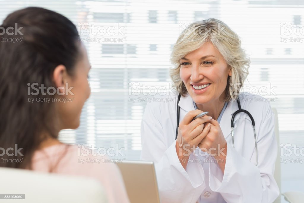 Freundliche Ärztin im Gespräch mit Patienten Lizenzfreies stock-foto