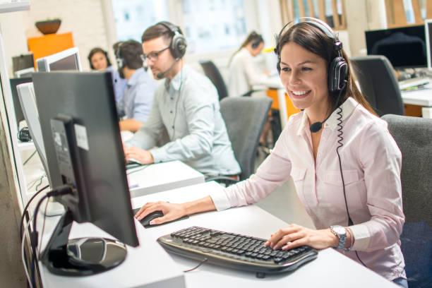 Freundliche Betreiberin Beratung Klient auf Hotline im Call Center – Foto
